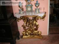 Zrkadlo a konzolový stolík.