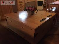Drevený stolík-truhlica