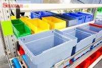 Práca pri umývaní plastových dební